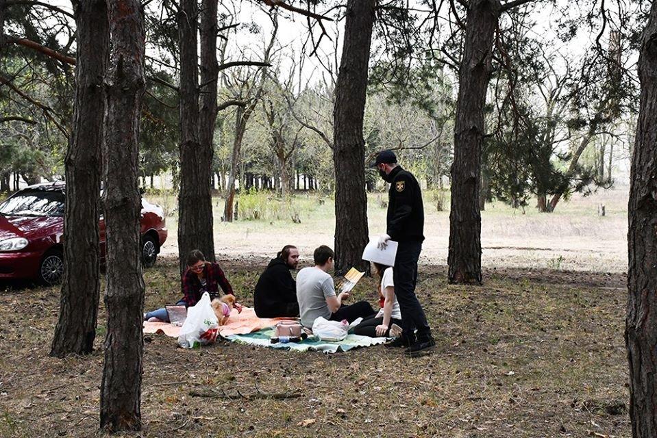 Несмотря на запрет николаевцы отдыхали в лесах, а спасатели напомнили им о пожарной безопасности, - ФОТО, фото-3