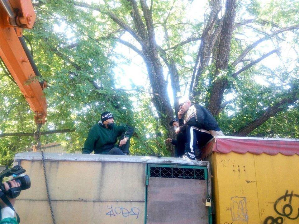 В Николаеве во время демонтажа МАФов несогласные предприниматели вылезли на крышу, - ФОТО, фото-5