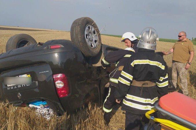 В Николаевской области перевернулся внедорожник: четыре человека пострадало, - ФОТО, фото-3