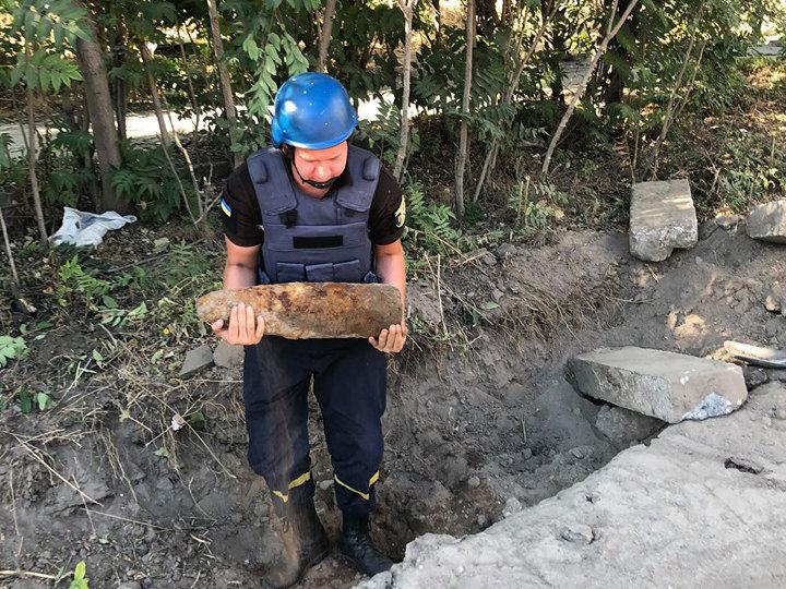 В Николаеве в ходе ремонта Индустриальной нашли артиллерийский снаряд, - ФОТО, фото-1