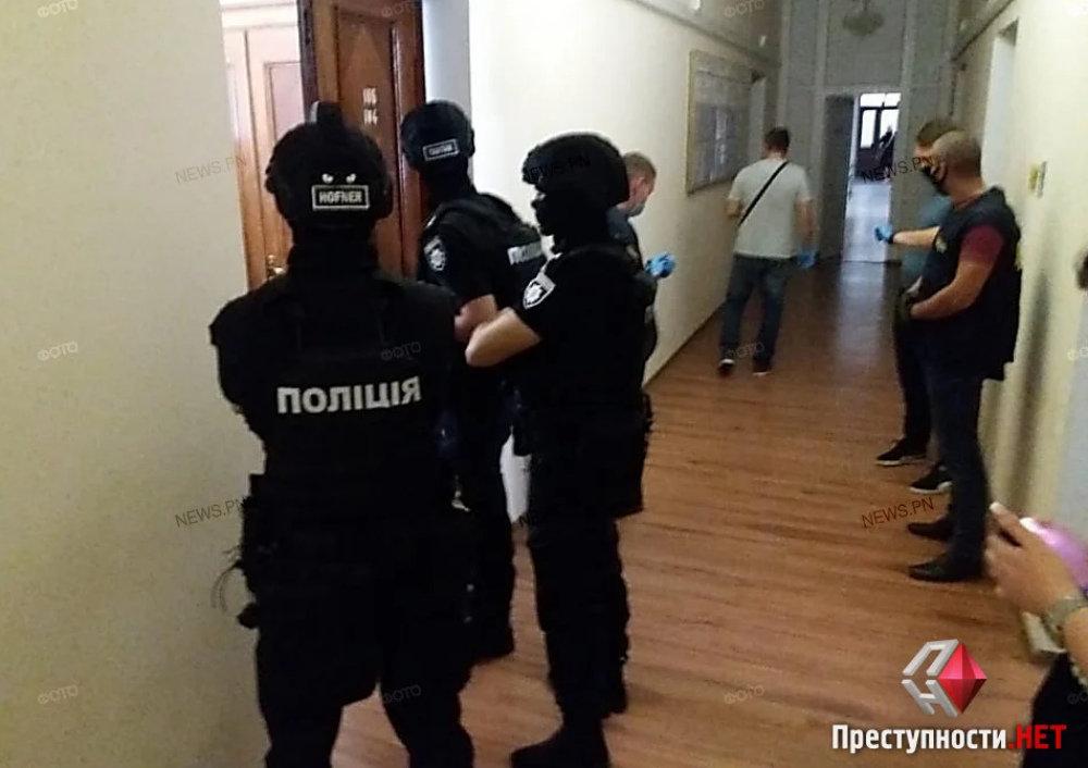 В Николаевском горсовете проходят обыски, - ФОТО, ВИДЕО, фото-4