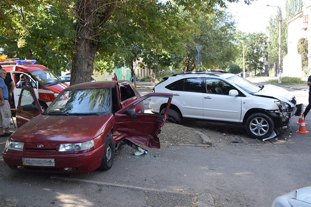 В центре Николаева столкнулись две легковушки: одного из водителей пришлось деблокировать, - ФОТО, фото-2