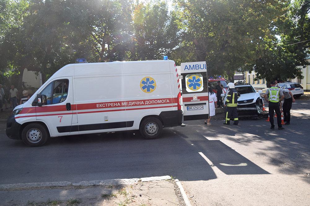 В центре Николаева столкнулись две легковушки: одного из водителей пришлось деблокировать, - ФОТО, фото-3