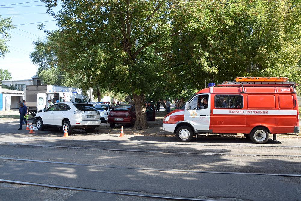 В центре Николаева столкнулись две легковушки: одного из водителей пришлось деблокировать, - ФОТО, фото-1