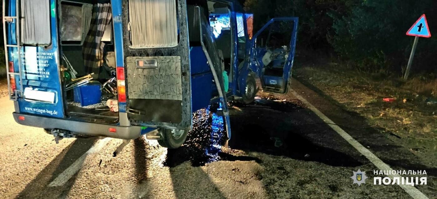 Под Николаевом столкнулись грузовик и иномарка: есть пострадавшие, - ФОТО, фото-1