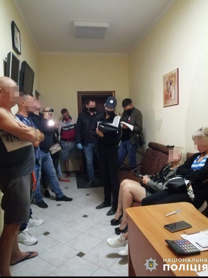 В Николаеве задержали администратора бани, который сводил  проституток с клиентами, - ФОТО, ВИДЕО , фото-12