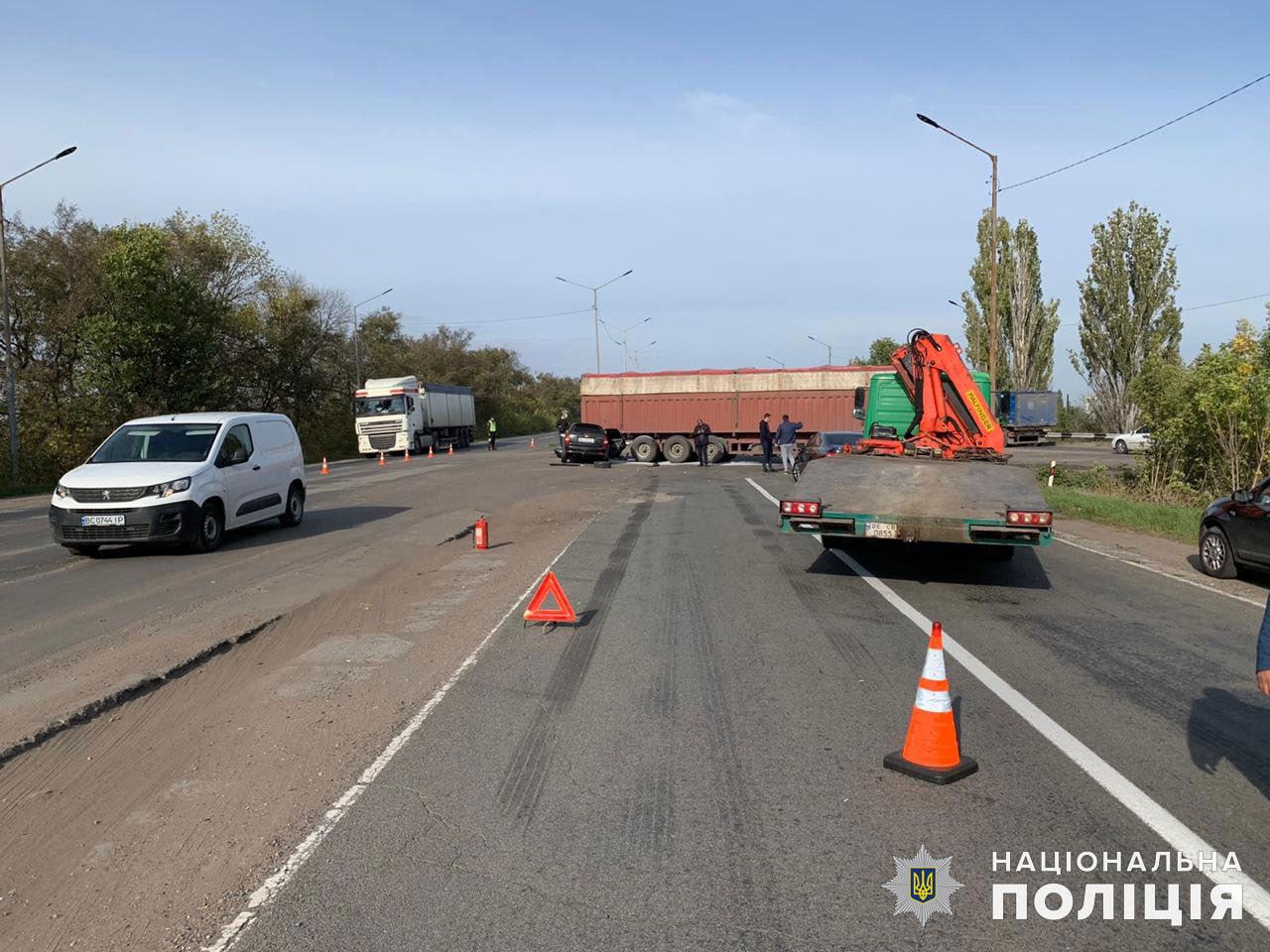 На Николаевщине столкнулись грузовик и легковушка, - ФОТО, фото-2