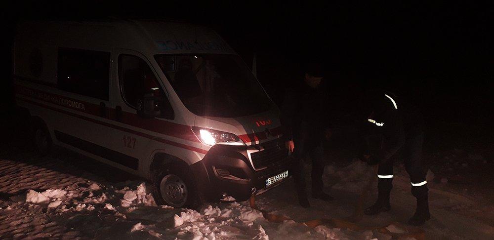 В Николаевской области спасатели трижды вытаскивали из сугробов и грязи автомобили