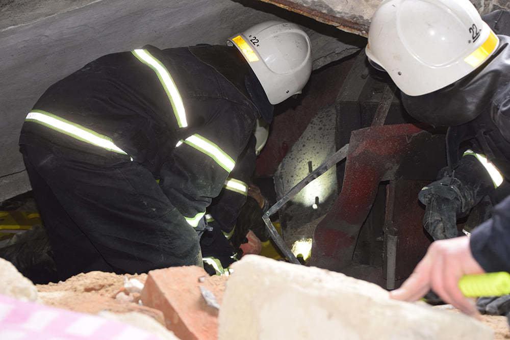 Работы по спасению мужчины из-под плиты