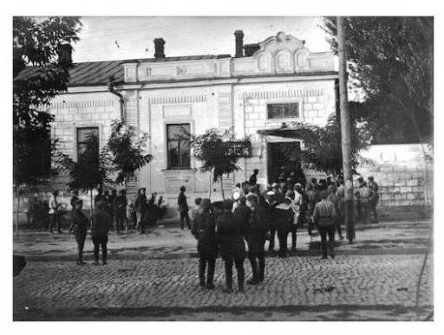 Солдаты около здания зоопарка
