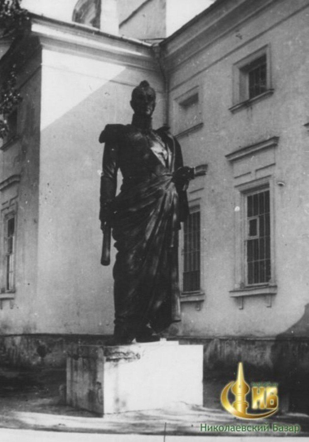 Памятник Грейгу после демонтажа