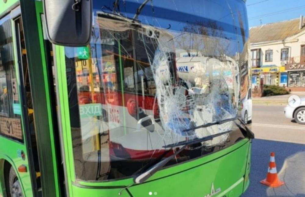 """В Николаеве троллейбус столкнулся с """"зеленым"""" автобусом"""