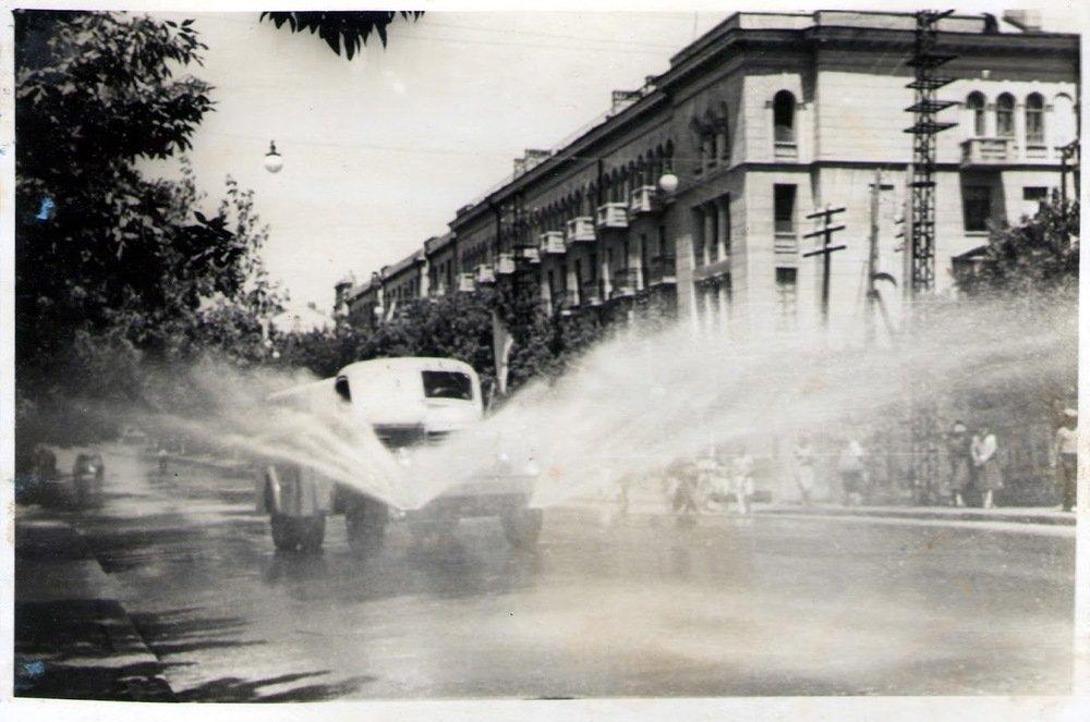 За демонстрациями всегда шли поливальные машины