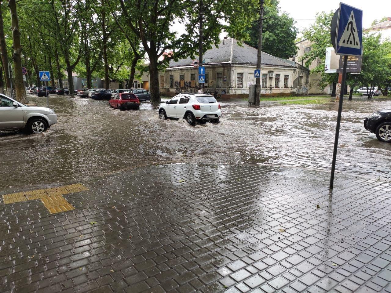 Сильный ливень: В Николаеве затопило улицы, - ФОТО