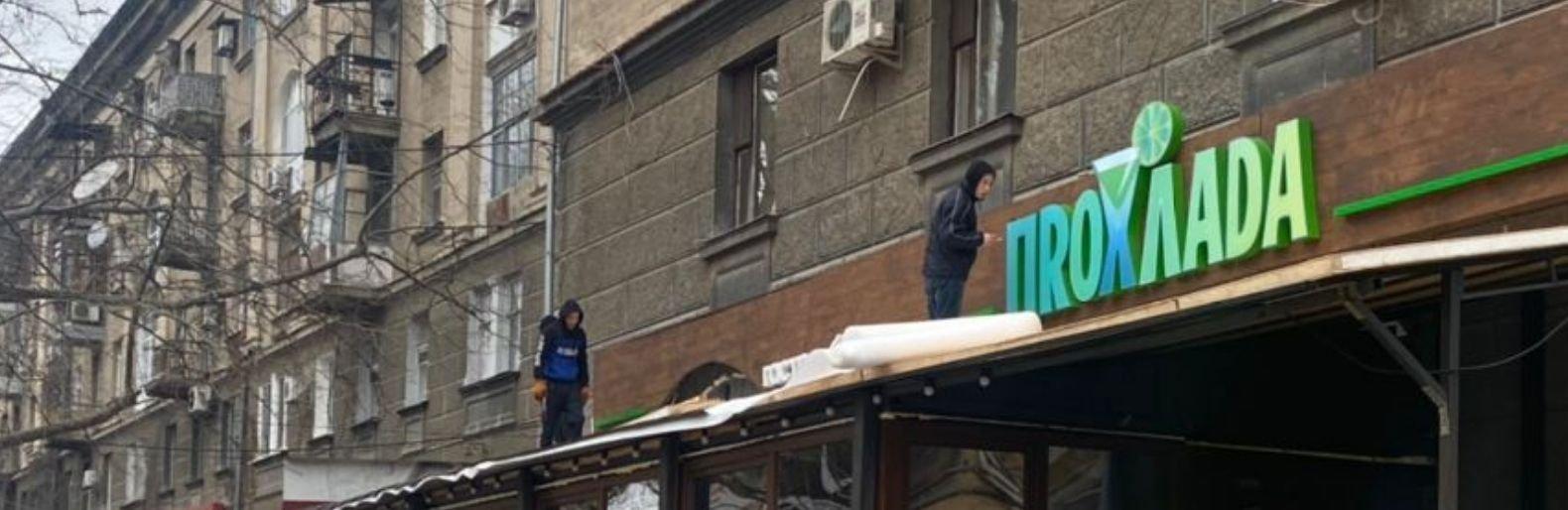 В Николаеве незаконно застеклили летнюю площадку возле кафе, - ФОТО